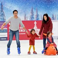 Family-in-ice-rink---tile